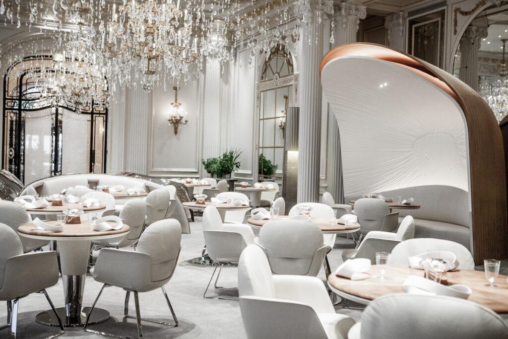 Restaurant et Horloge, an Alain Ducasse restaurant at the Hotel Plaza Athénée in Paris. Image © Pierre Monetta.