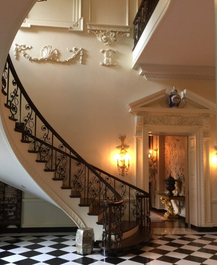 The wall ornaments on the staircase mentioned by the SAH below. Image © Design Diary.